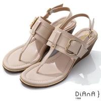 【DIANA】5.5cm 壓紋牛皮鉚釘釦飾T字楔型夾腳涼鞋-異國風情(米)