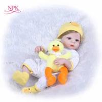 "NPK 22 ""Boneka Bayi dengan Kuning Bebek Boneka Full Body Silikon Vinyl Menggemaskan Manusia Hidup Balita Bayi Bonecas Anak Perempuan bebes Reborn"