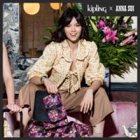 【KIPLING】Kipling x ANNA SUI 浪漫向日葵圖騰多袋實用配件包-IAKA L WRISTLET