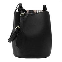【BURBERRY 巴寶莉】40571551 經典素色質感皮革水桶款肩背/斜背包(黑色)
